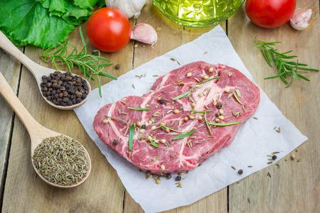 parchemin: Raw steak de boeuf avec assaisonnement sur un papier sulfurisé