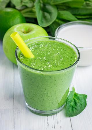 Gezonde smoothie met groene appel, spinazie, kalk en kokosmelk Stockfoto