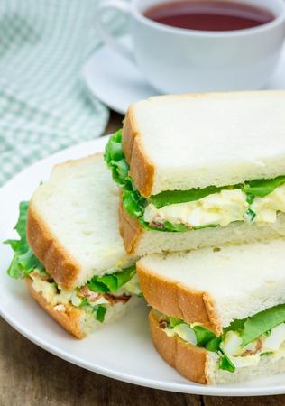 卵サラダ、ベーコン、青ネギとレタスのサンドイッチ