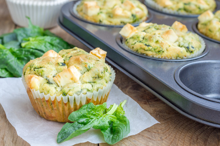 Freshly baked snack muffins with spinach and feta cheese 免版税图像