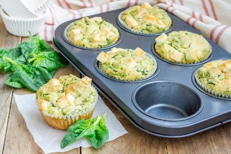Vers gebakken snack muffins met spinazie en feta kaas Stockfoto
