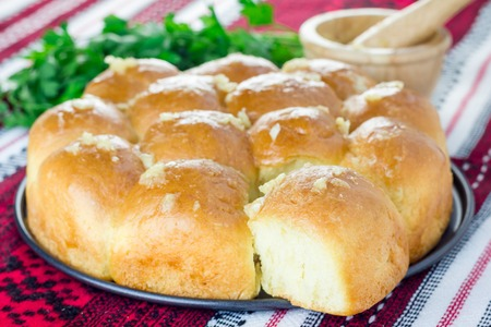 plato del buen comer: Traditional Ukrainian homemade bun (pampushka) with garlic, usually served with borscht Foto de archivo