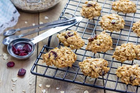 arandanos rojos: horneados galletas de avena hechas en casa frescas con el arándano