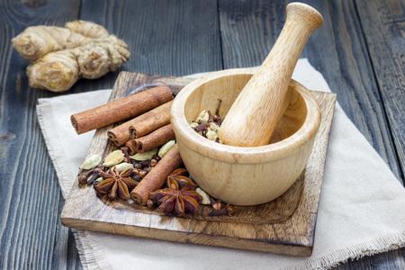masala chai: Spices for masala chai. Cinnamon stick, cardamom, ginger, clove, star anise, black pepper. Stock Photo