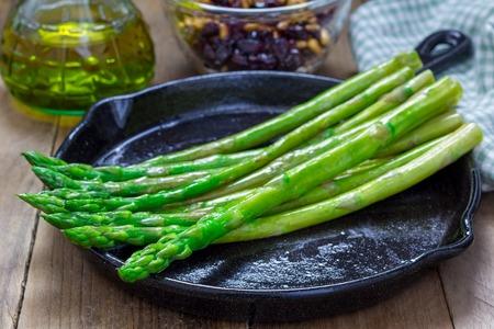 Vers gekookte asperges voorgerecht op een gietijzeren koekenpan Stockfoto