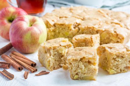 Zelfgemaakte blondie (blond) brownies appeltaart, vierkante plakjes op perkament, horizontale