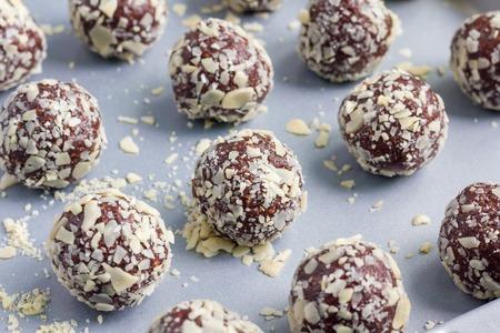 Gezonde eigengemaakte paleo chocolade energie ballen met horizontale gerold haver, noten, datums en chia zaden