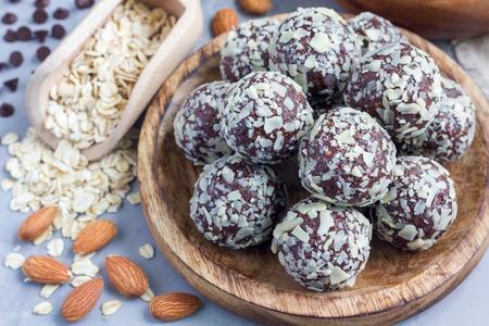 Bolas de paleo caseras saludables de energía de chocolate con copos de avena, nueces, dátiles y semillas de chía, horizontal Foto de archivo - 65289671