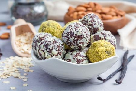 Bolas de paleo caseras saludables de energía de chocolate con copos de avena, nueces, dátiles y semillas de chía, horizontal Foto de archivo - 65289673