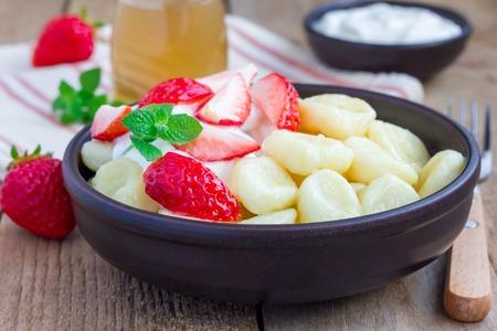 ロシア、ウクライナの伝統的なコテージ チーズ「怠惰」餃子は添えヨーグルト、蜂蜜、ストロベリー、水平