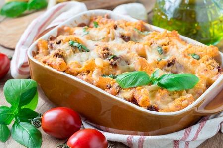 Ziti bolognese in ovenschaal, deegwarenbraadpan met gehakt, tomatensaus en kaas, horizontaal Stockfoto