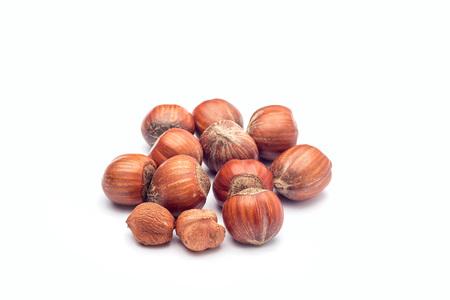 Gruppo di nocciole in un guscio isolato su sfondo bianco