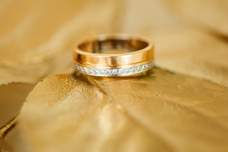 A pair of wedding rings with bokeh background Banco de Imagens