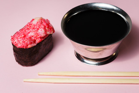 Japanese food Ebiko Gunganmaki. Shrimp roe gunship roll isolated on pink background. Imagens - 124930524