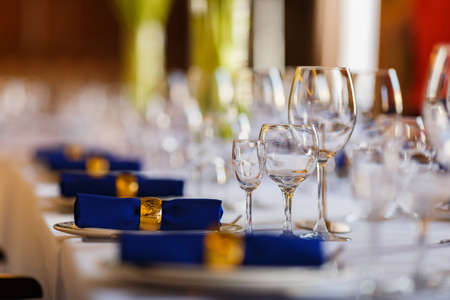 Wine glasses and champagne flutes on table 免版税图像 - 150666570