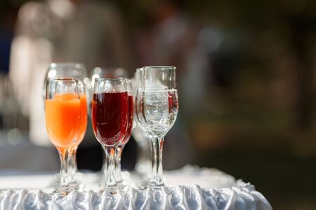 Glasses with juice and water on the buffet table 免版税图像 - 148222156