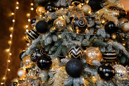 Christmas Balls And Decorations On A Beautiful Christmas Tree. Decorated Christmas Interior. 免版税图像