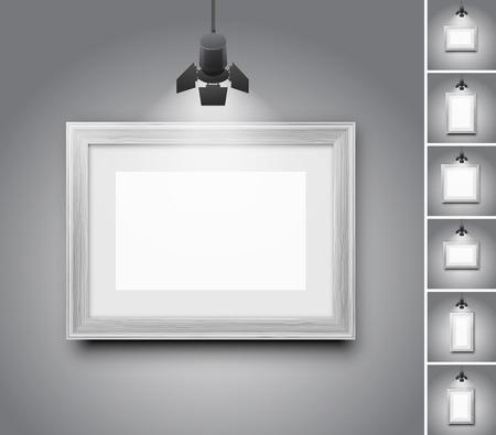 marcos cuadros: Pared del estudio en blanco y negro marco de madera debajo de la lámpara de luz - Conjunto de ilustraciones de vectores realistas Vectores