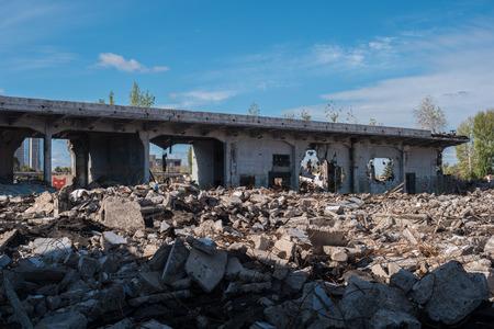 edificio aplastado en vista podrida distrito de la ciudad con el campo de escombros
