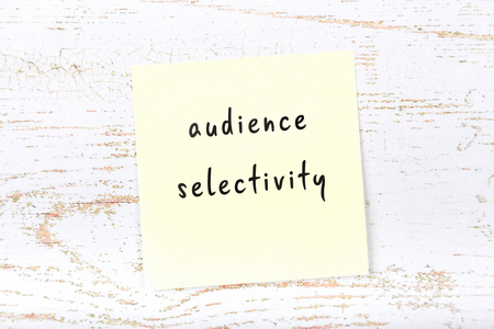 Yellow sticky note with handwritten text audience selectivity 版權商用圖片