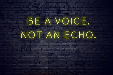 Cita inspiradora positiva en letrero de neón contra la pared de ladrillo, sea una voz, no un eco.