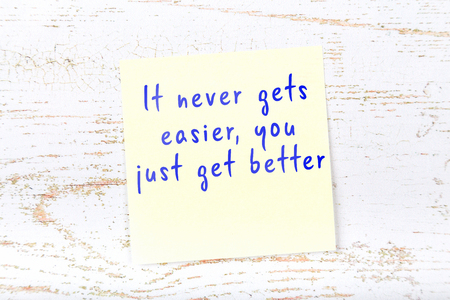 Positive inspiring quote handwritten on sticky note. Foto de archivo
