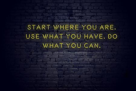 Enseigne au néon avec citation de motivation positive et sage contre le mur de briques. Banque d'images