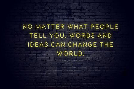 Enseigne au néon avec citation de motivation positive et sage contre le mur de briques.