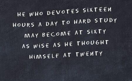Zwart bord met handgeschreven wijze motiverende citaat.