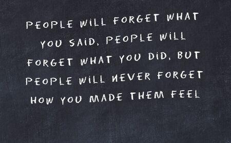 Tableau noir avec citation de motivation sage manuscrite. Banque d'images