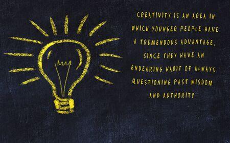 Chalk disegno di lampadina e iscrizione su arte e creatività. Archivio Fotografico