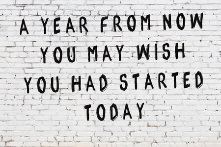 Painted black mindful inscription on white brick wall background. Standard-Bild