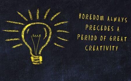 Dessin à la craie d'ampoule et inscription sur l'art et la créativité.