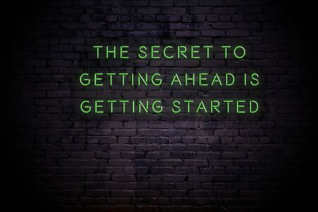 Leuchtreklame mit positivem Motivationsspruch an der Wand. Standard-Bild
