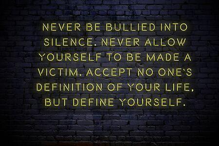 Iscrizione al neon di citazione motivazionale positiva sul muro.