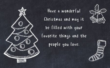 Zeichnung von Weihnachtsbaum und handgeschriebenen Grüßen auf schwarzer Tafel. Standard-Bild