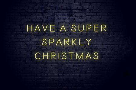 Inscripción de neón de saludos de Navidad y año nuevo en la pared de ladrillo.