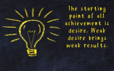 Wise quotation and a chalk drawing of a bulb on black chalkboard Imagens - 147572164
