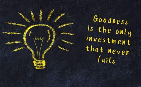 Smart quotation handwritten on a chalkboard and a light bulb sketch