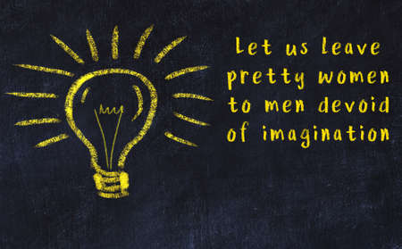 Smart quotation handwritten on a chalkboard and a light bulb sketch