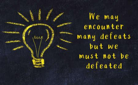 Smart quotation handwritten on a chalkboard and a light bulb sketch Standard-Bild