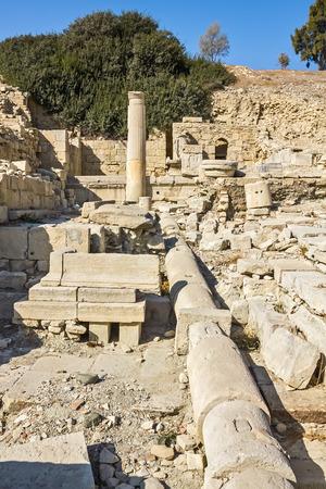 tuberias de agua: Los restos de tuber�as de agua, columnas y edificios en las ruinas de una antigua ciudad en Chipre