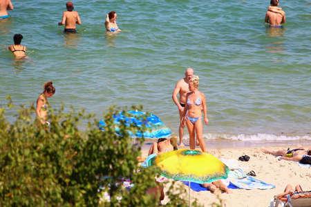 Odessa, Ucrania, 28 de julio de 2019, la gente en la playa de la ciudad toma el sol en medio de la temporada turística. solo para uso editorial
