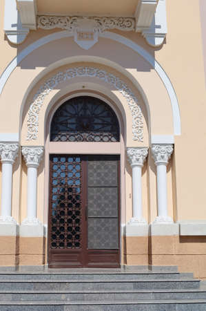 The main entrance of a historic old building from 1932 in a public place of the urban environment. Foto de archivo