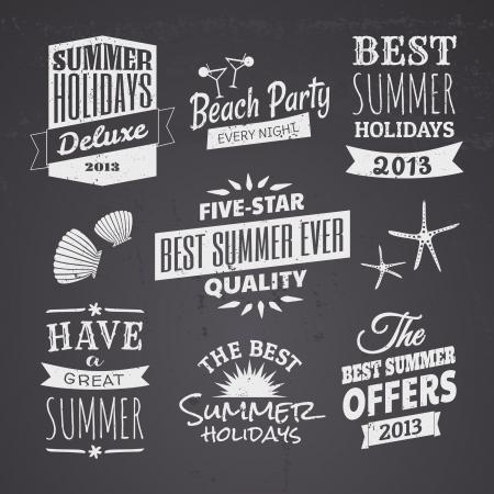 label: Een set van krijtbord stijl typografische ontwerpen voor het zomerseizoen. Stock Illustratie