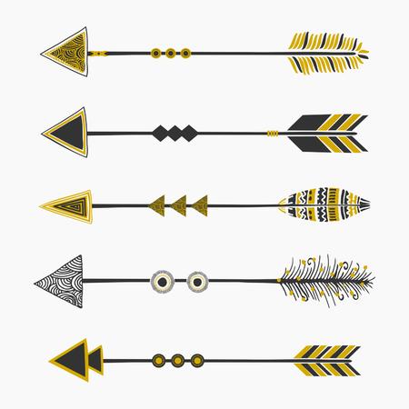tribales: Un conjunto de cinco flechas, decoración tribal en negro y oro, aislado en blanco.