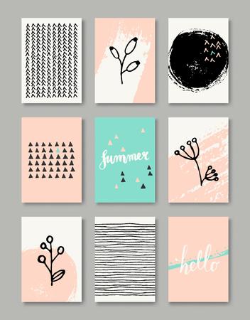 Een set van de hand getekende stijl wenskaart sjablonen in zwart, wit en pastel roze en blauw. Abstracte penseelstreken, inkt doodles en bloemen element patroon ontwerpen met een kopie ruimte. EPS-10-bestand, verloopnet gebruikt.