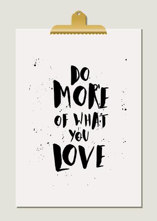 hacer: Hacer más de lo que usted ama - diseño inspirado del cartel de la cita. Letras de la mano de texto en negro sobre papel crema con clip de oro. Vectores