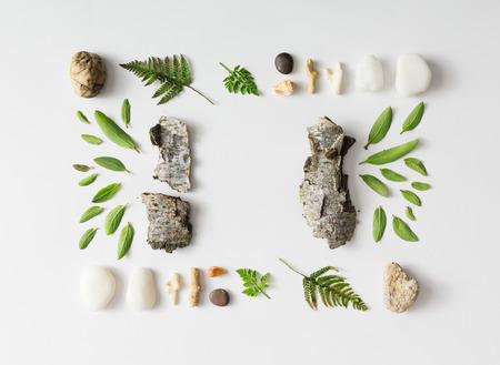 Diseño creativo naturales de hojas, piedras y corteza de árbol en el fondo blanco. aplanada. Foto de archivo - 56788370
