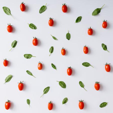 Kiraz domates ve fesle?en beyaz zemin �zerine desen b?rak?r. D�z yat?yordu.